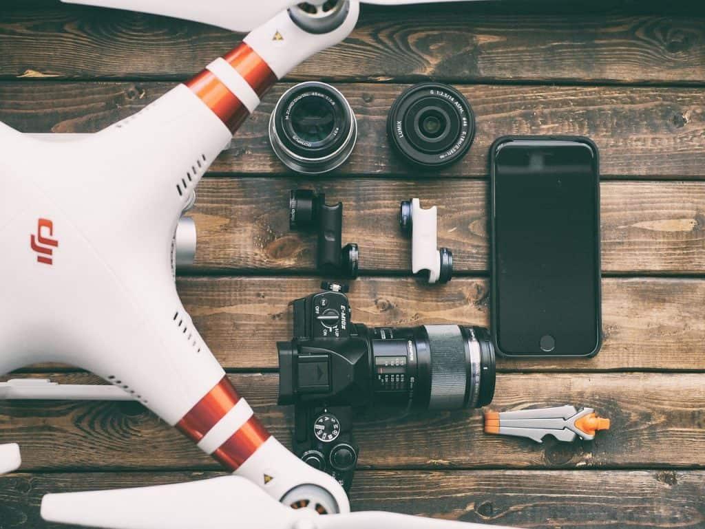 Imagem de câmera, celular, drone e lentes.
