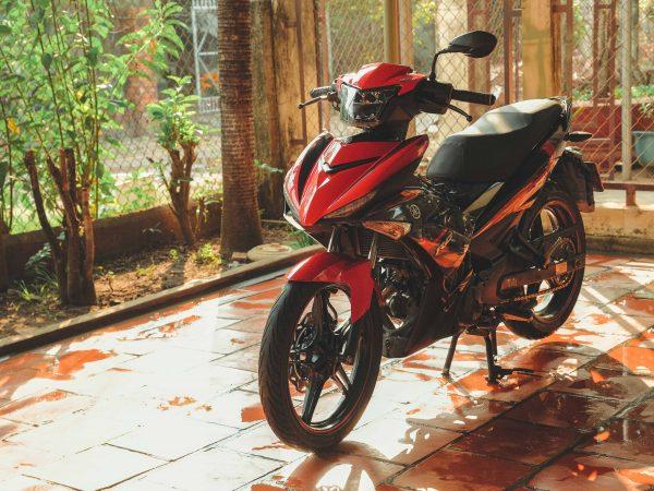 Imagem de moto estacionada em garagem.