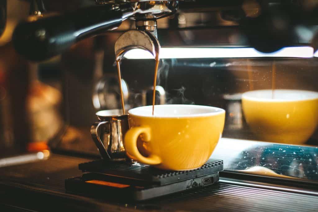 Imagem de café sendo preparado em cafeteira.