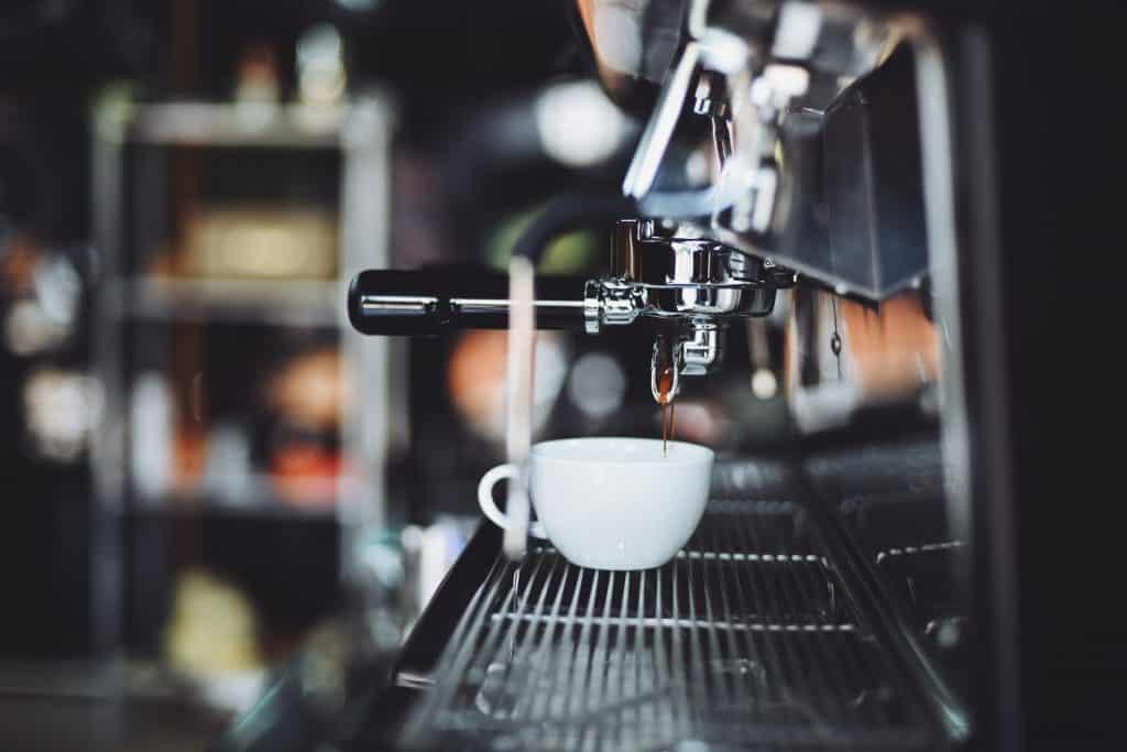 Foto de café expresso em xícara branca.