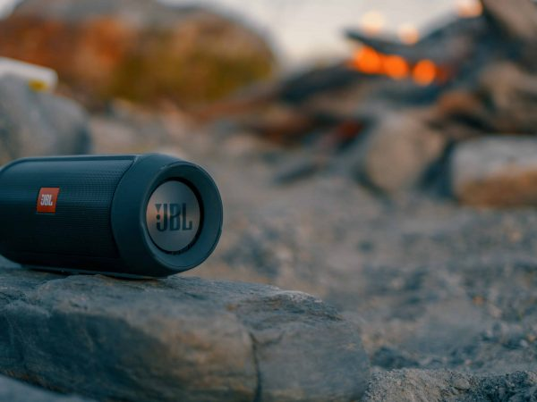 Imagem de uma caixa de som da JBL.