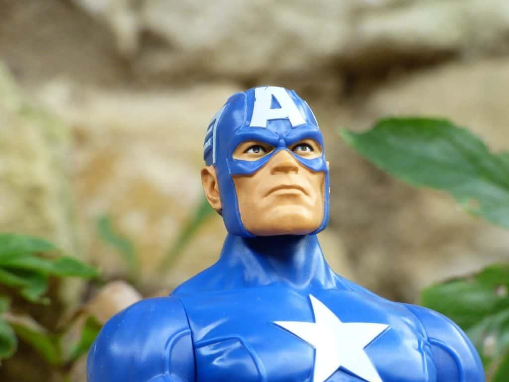 Na foto um boneco de plástico do Capitão América.