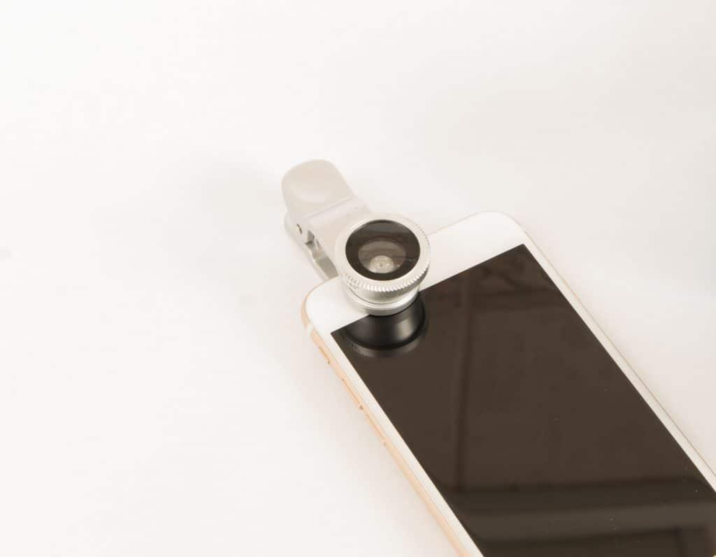 Imagem de celular com lente acoplada.