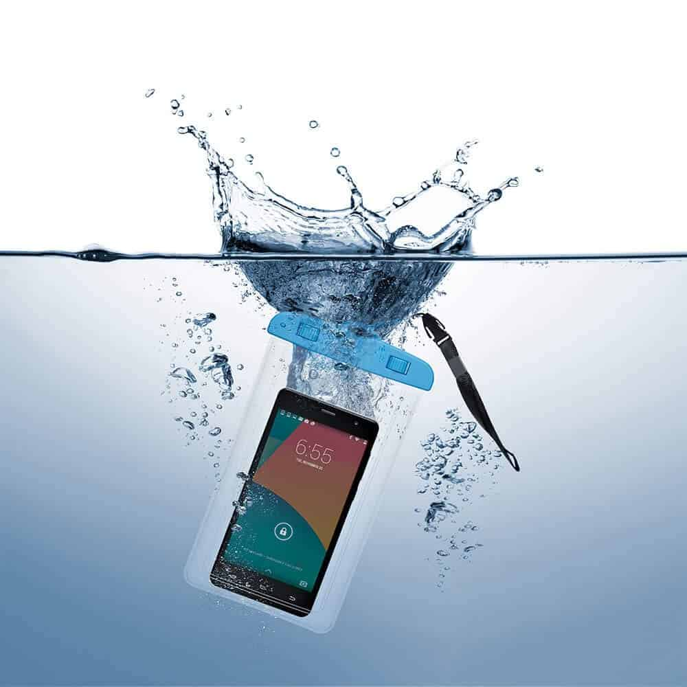 Imagem de um celular com capa a prova d'água caindo na piscina.