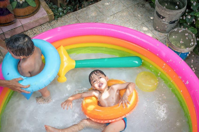 Imagem de crianças dentro de piscina infantil.