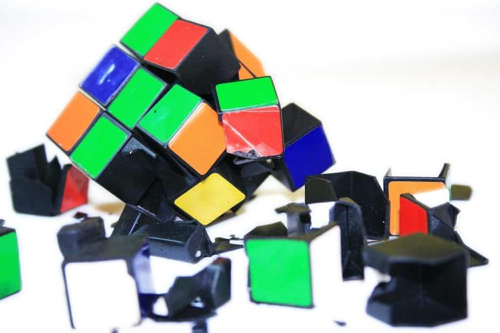 Imagem mostra cubo mágico danificado, com parte quebradas e soltas.