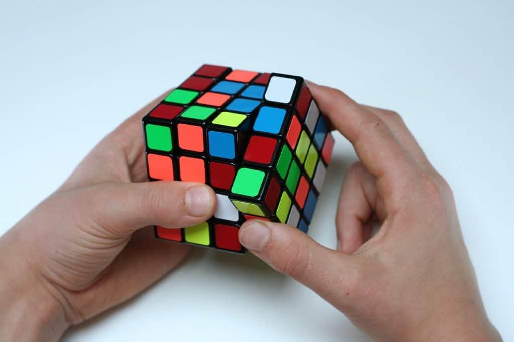 Imagem de cubo mágico grande, de 4x4x4.