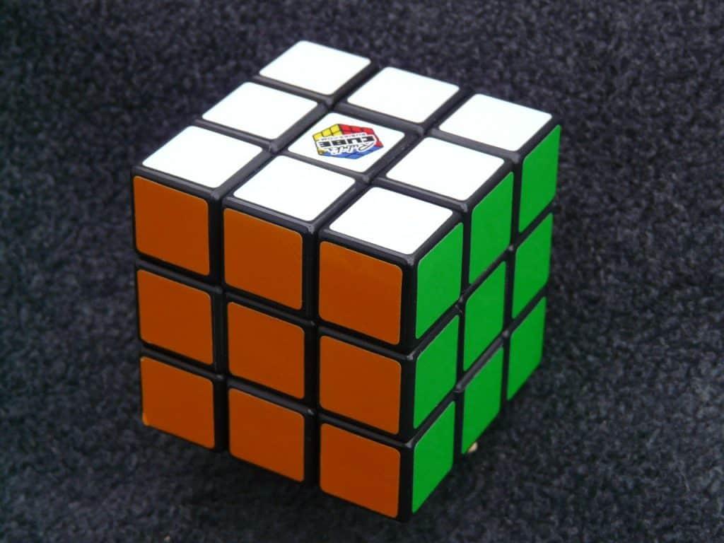 Imagem de cubo mágico resolvido sobre mesa.