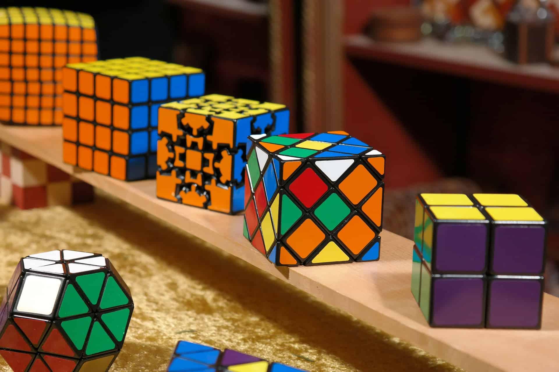 Imagem mostra cubos mágicos em diversos modelos e cores.