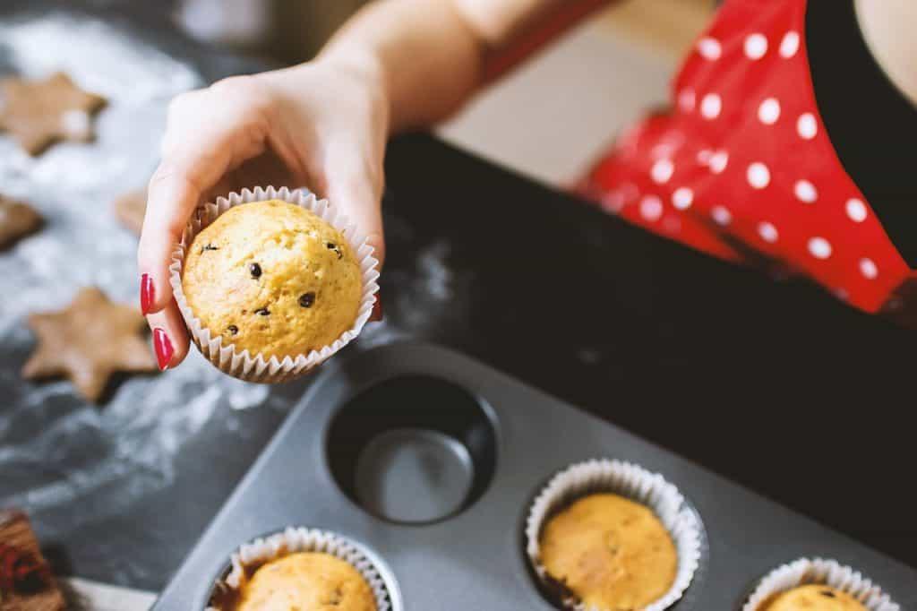 Imagem de cupcakes assados no forno.