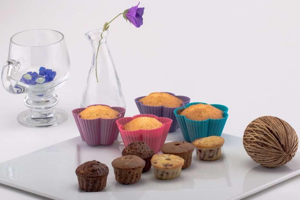Imagem de cupcakes de diferentes tamanhos.