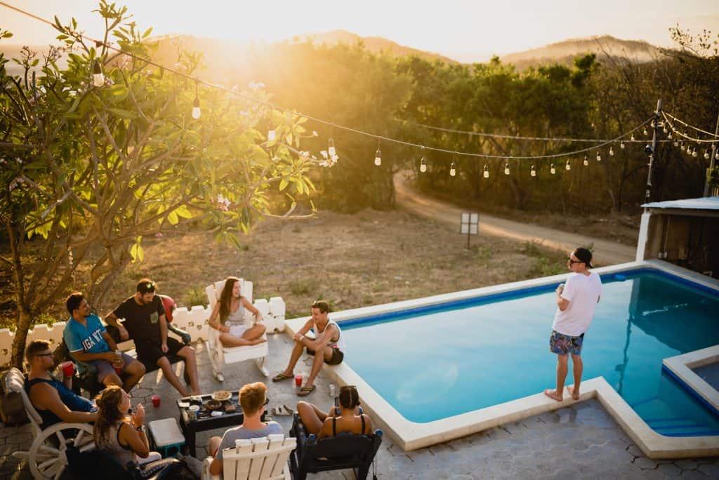 Imagem de pessoas fazendo uma festa na piscina.