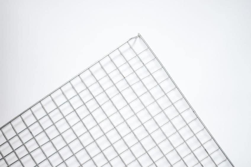 Grelha de metal de churrasqueira elétrica limpa com fundo branco.