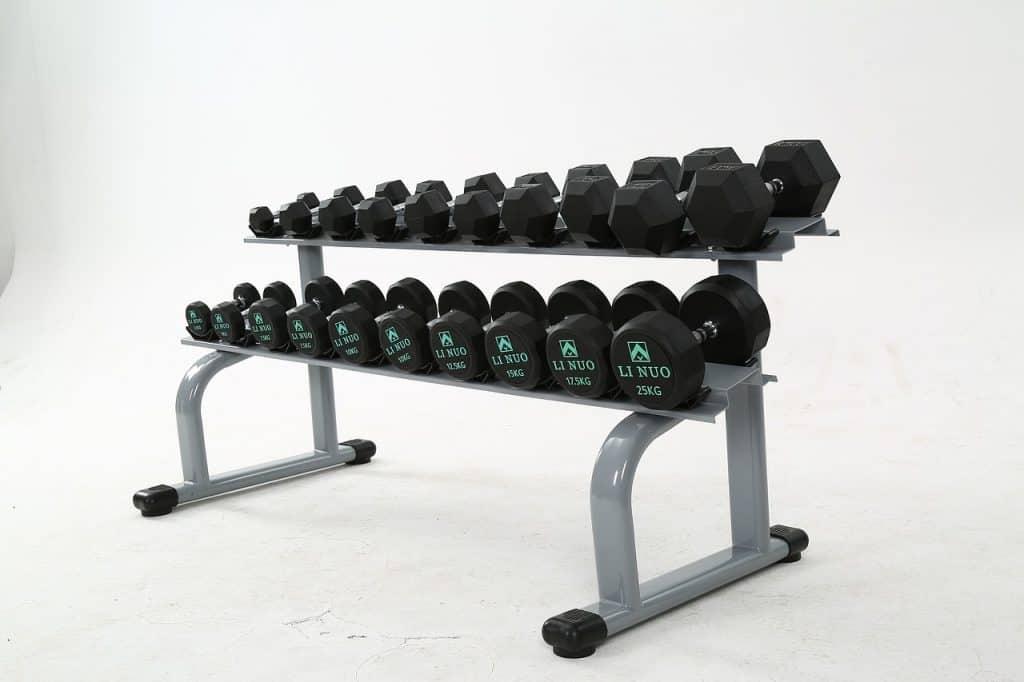 Imagem de suporte com diferentes tipos e pesos de halteres.