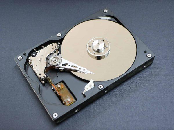 Imagem mostra o interior de um HD interno.