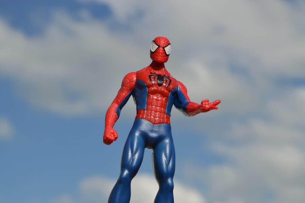 Na foto um boneco do Homem Aranha com o céu ao fundo.
