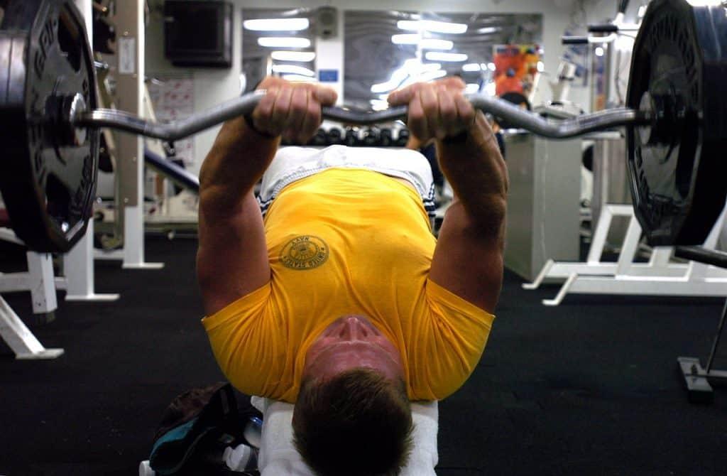 Homem puxando peso na academia de ginástica.
