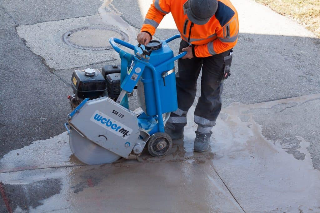Homem trabalhando com maquinário pesado.