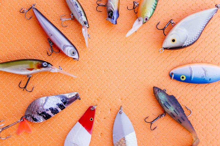 Imagem de iscas de peixe artificiais.