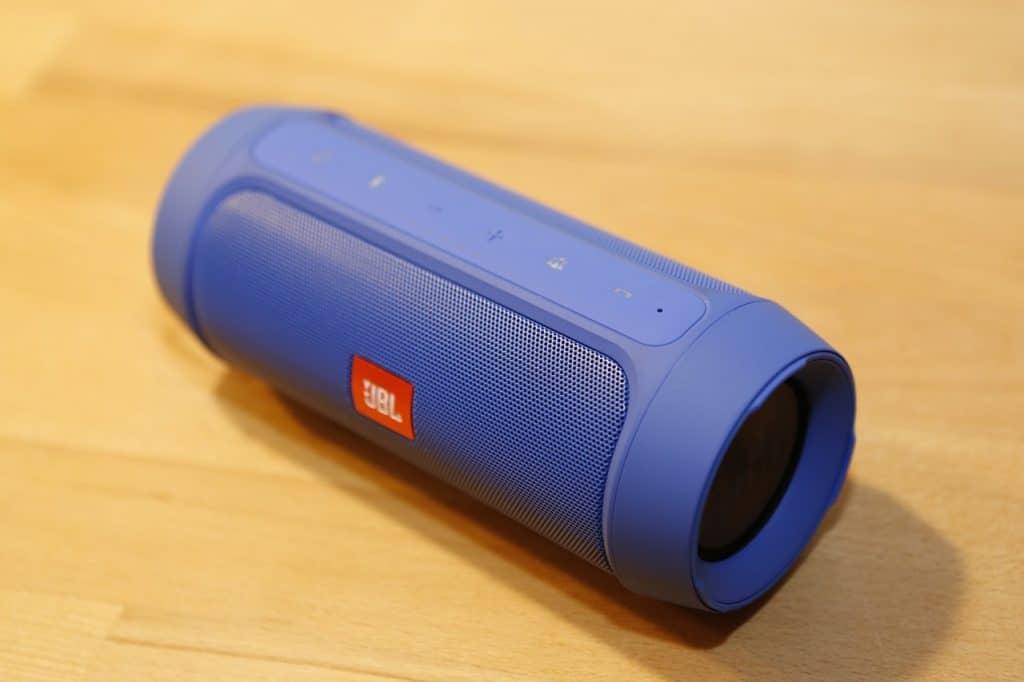 Imagem de uma caixa de som JBL Flip azul.