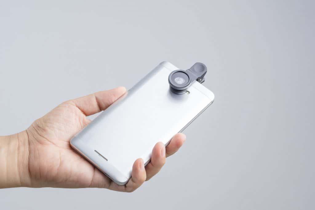 : Imagem mostra um celular com uma lente.