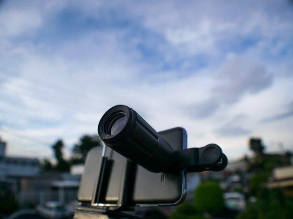 Imagem mostra um celular com uma lente tipo luneta conectada.