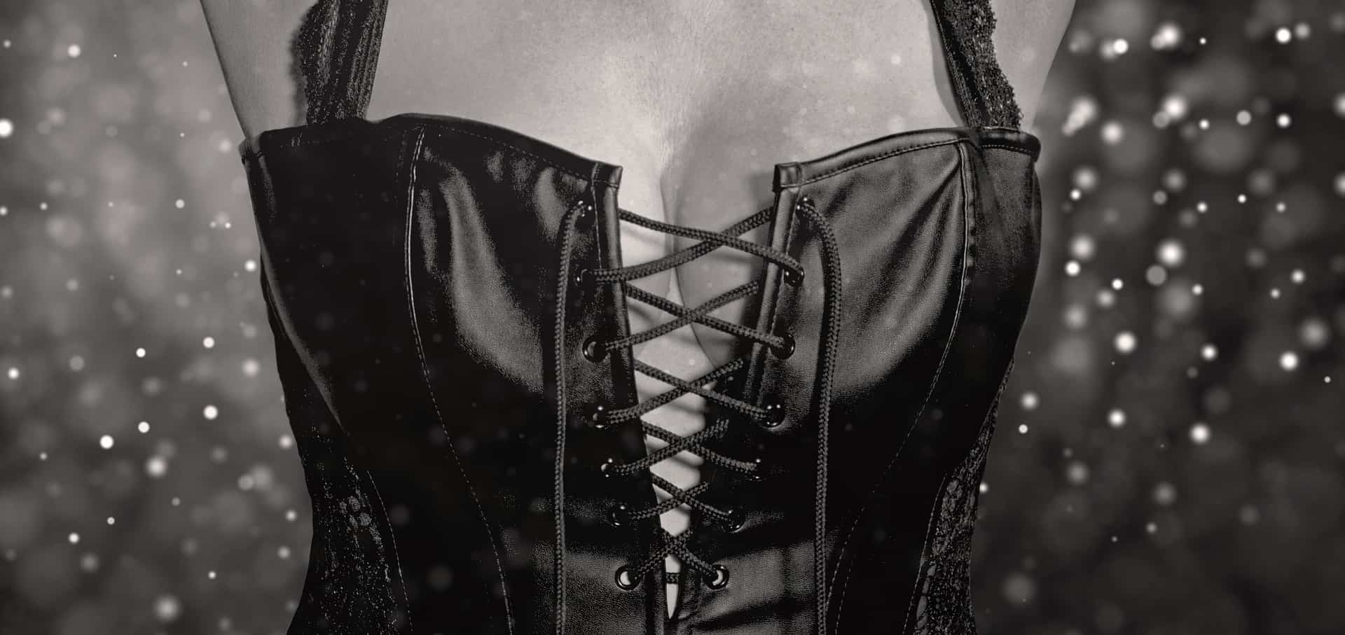 Imagem de mulher usando lingerie sensual preta em estilo corpete.