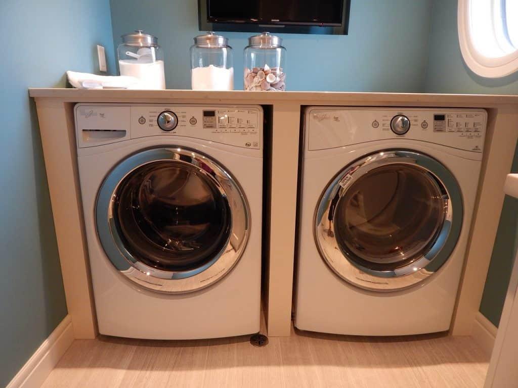 Imagem de máquina de lavar roupas e secadora.
