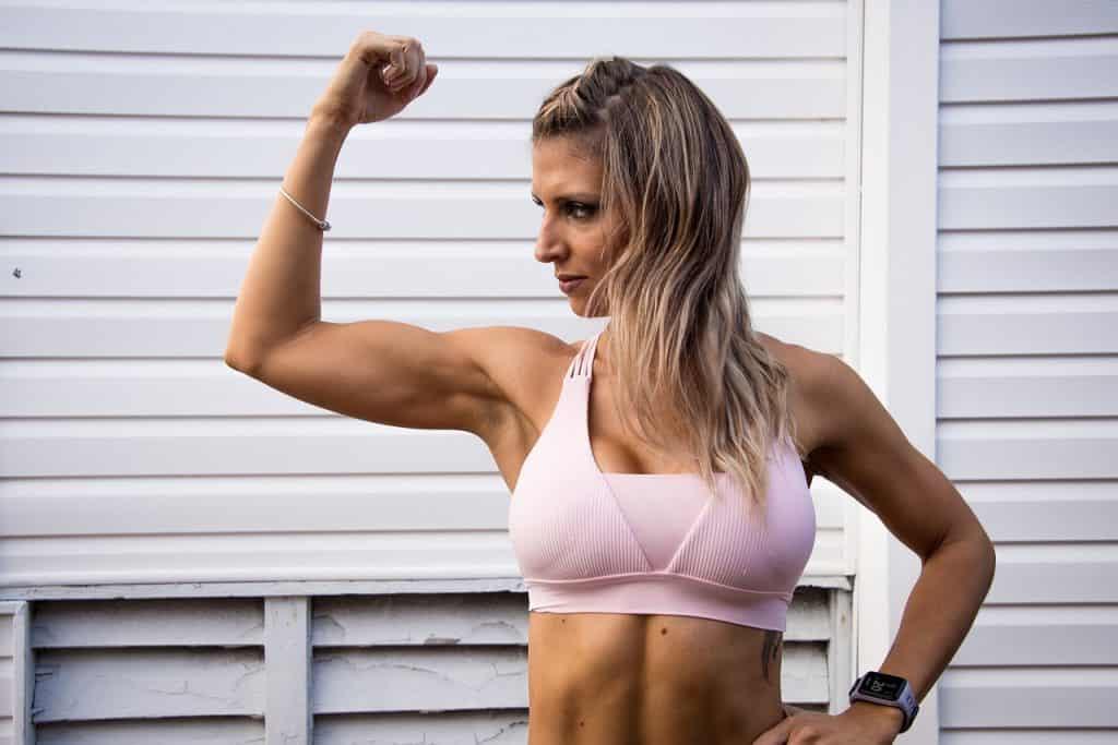 Imagem de uma mulher musculosa.