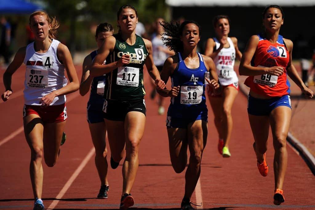 Imagem de mulheres correndo em uma maratona.
