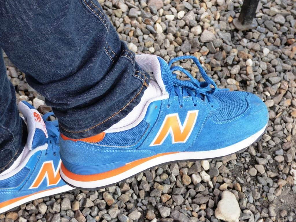 Imagem de uma pessoa calçando um tênis da New Balance na categoria Lifestyle.