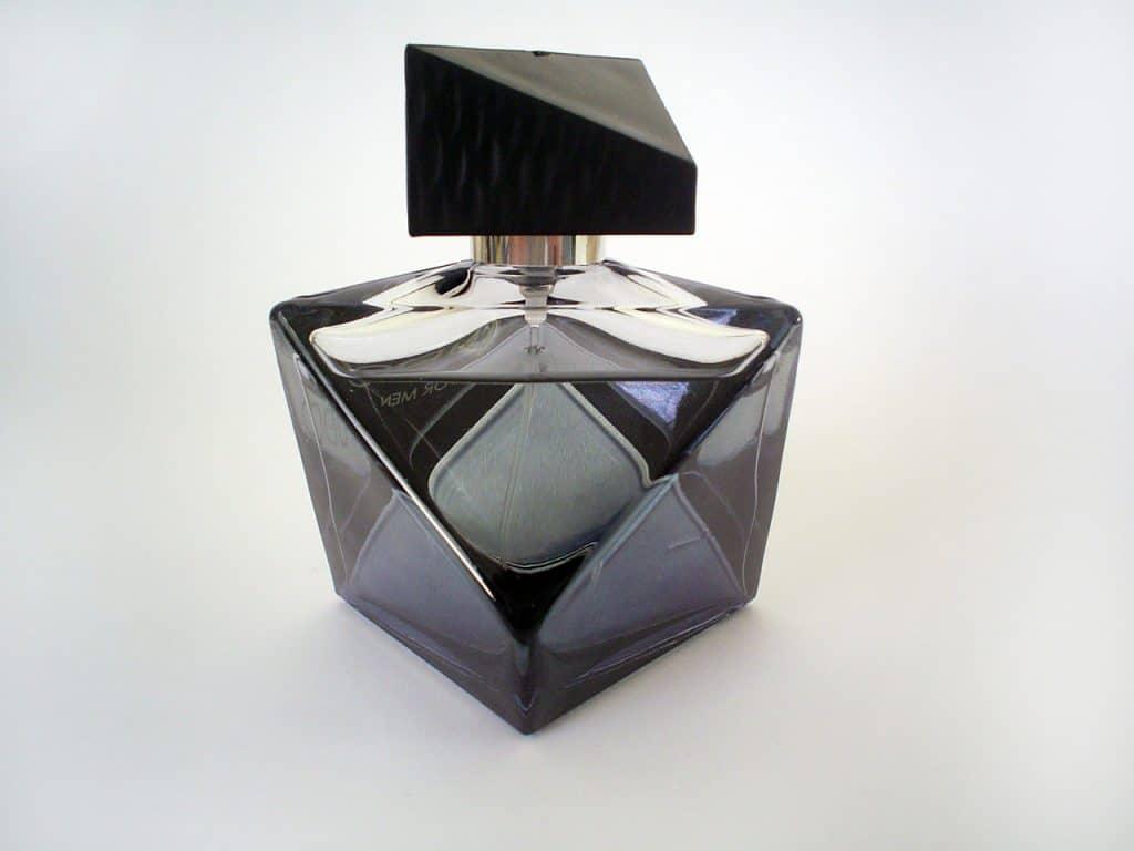Frasco de perfume masculino.