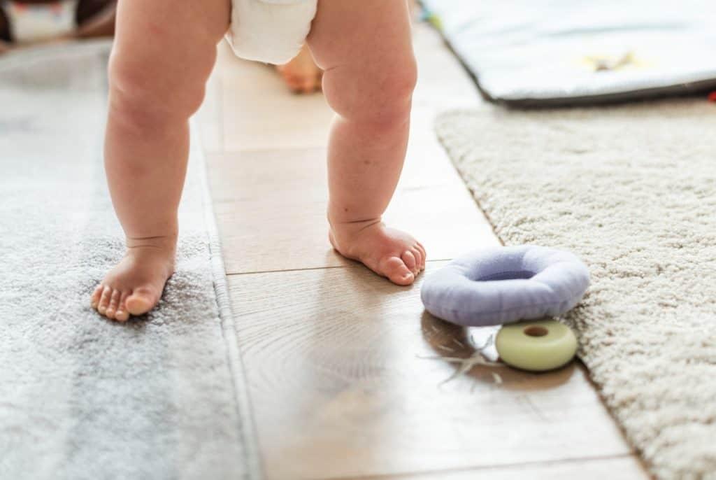 Imagem de um bebê em pé.