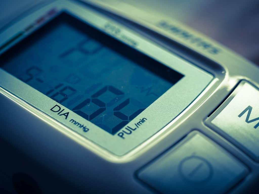 Medidor de pressão digital com alguns números na tela.