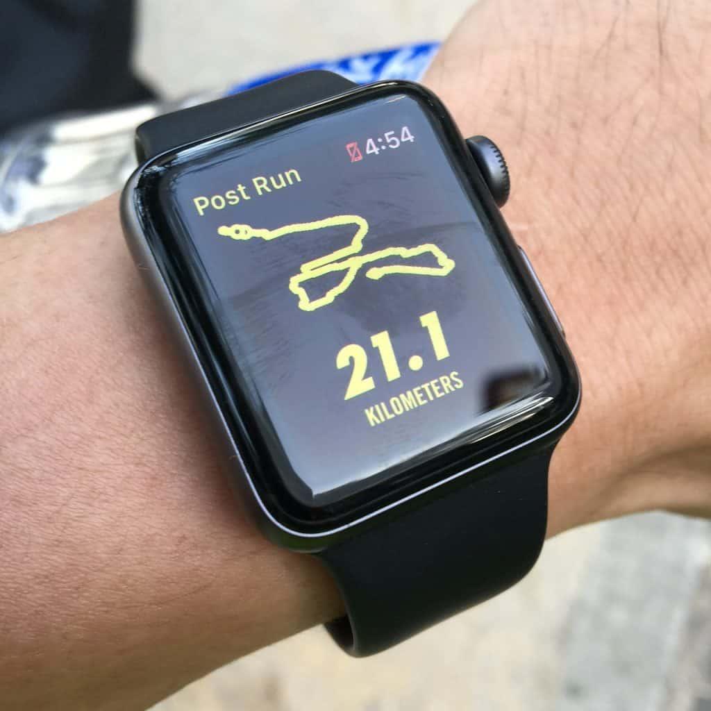 Imagem de relógio com GPS com a bateria fraca marcando os quilômetros percorridos.