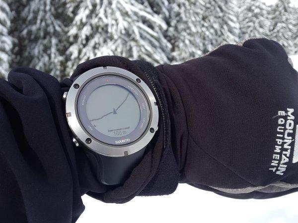 Imagem de relógio com GPS mostrando localização em ambiente nevado.