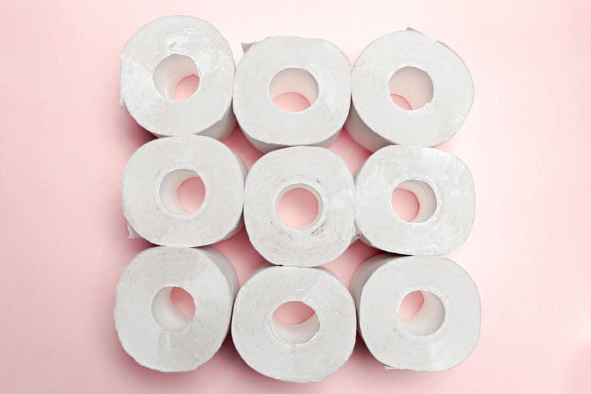 Imagem de rolos de papel higiênicos enfileirados montando quadrado.