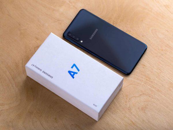 Imagem mostra um celular Samsung Galaxy A7 2018 ao lado de sua caixa.