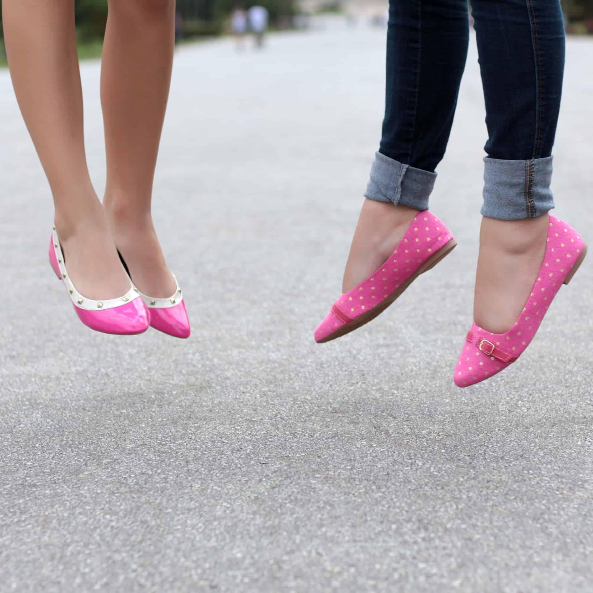 Duas mulheres com sapatilha rosa.