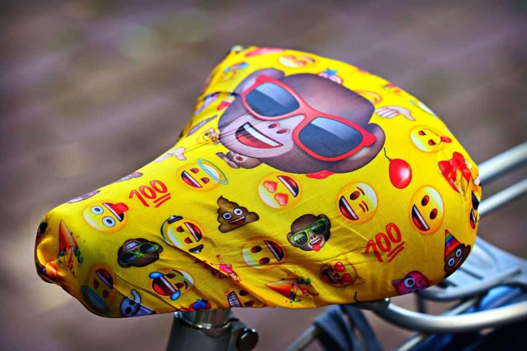 Banco de bicicleta coberto com pano.