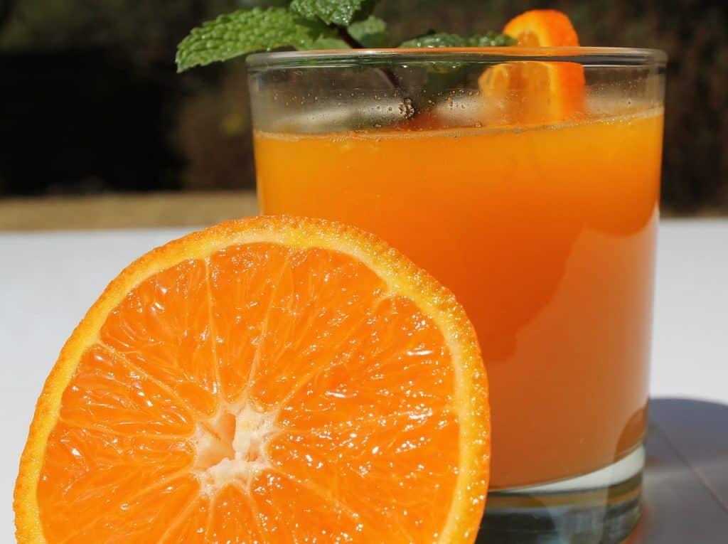 Imagem de um copo de suco de laranja