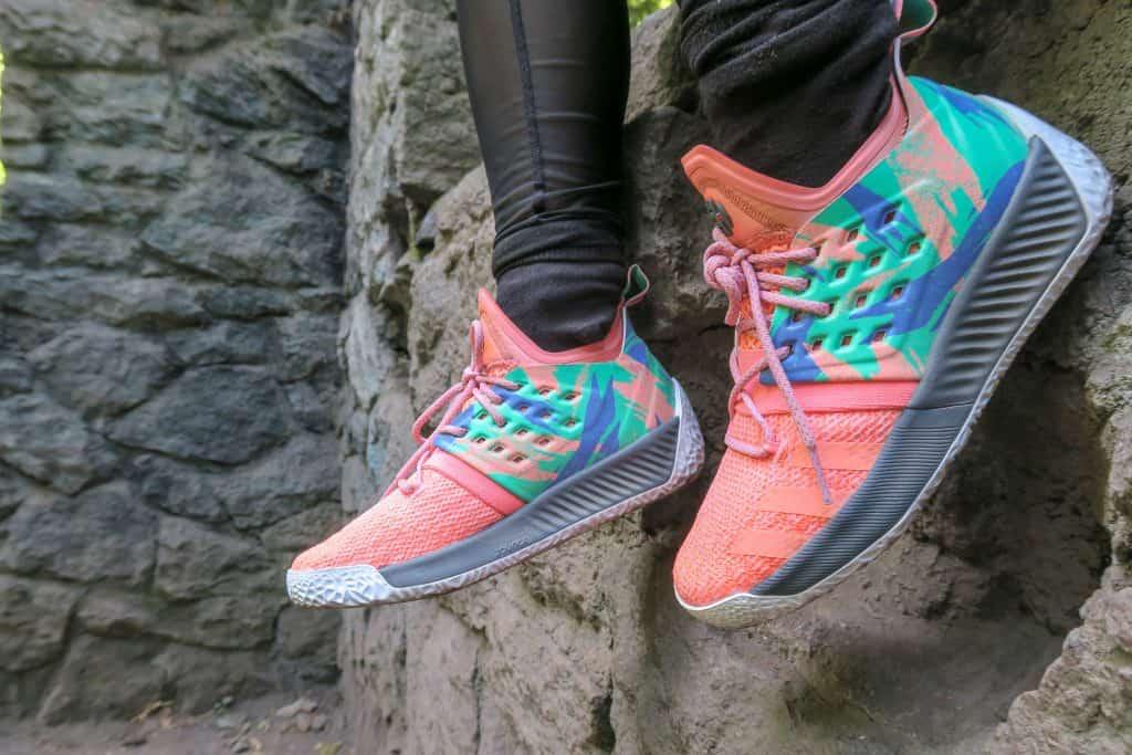 Imagem de um tênis de corrida multicolorido.
