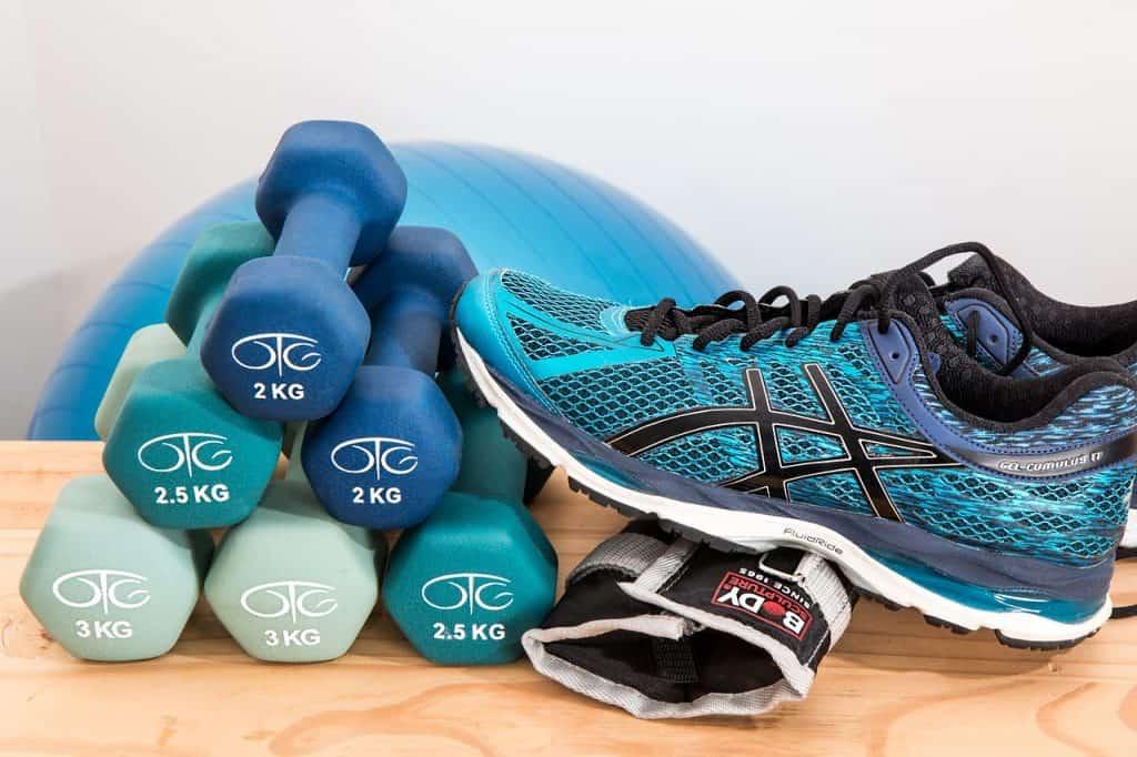 Imagem de tênis esportivo e objetos de academia.