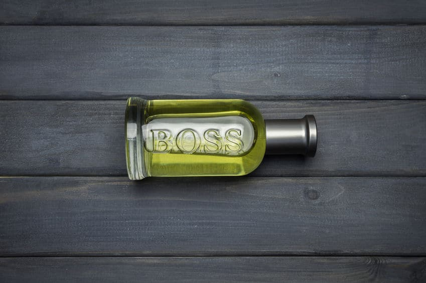 Imagem de frasco de perfume sobre mesa.
