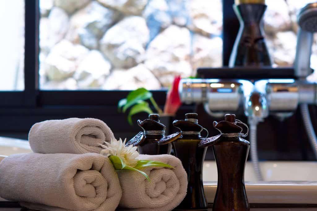 Imagem de toalhas enroladas em banheiro.