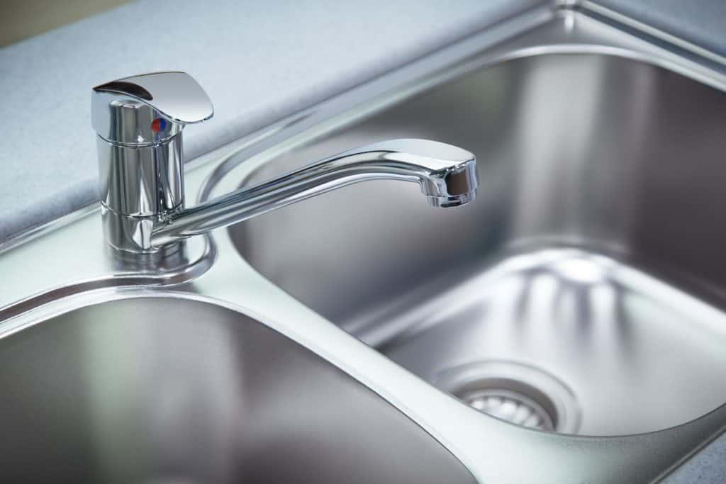 Imagem de torneira de metal de cozinha.
