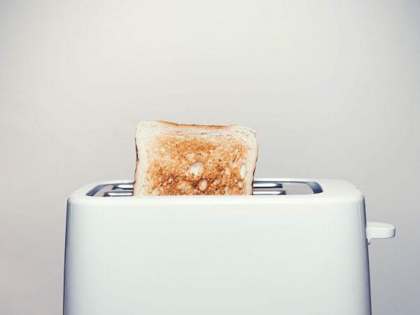 Imagem mostra uma torradeira com pão tostado.