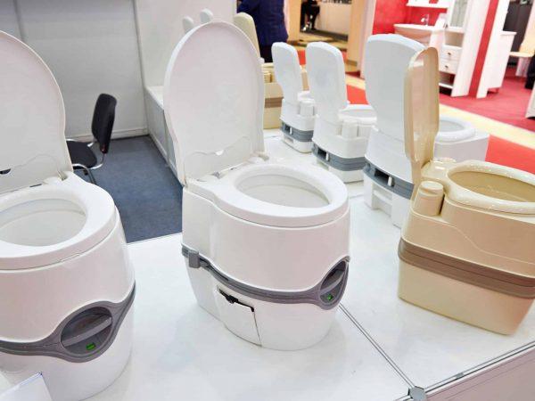 Imagem de exposição de diversos modelos de vaso sanitário portátil.