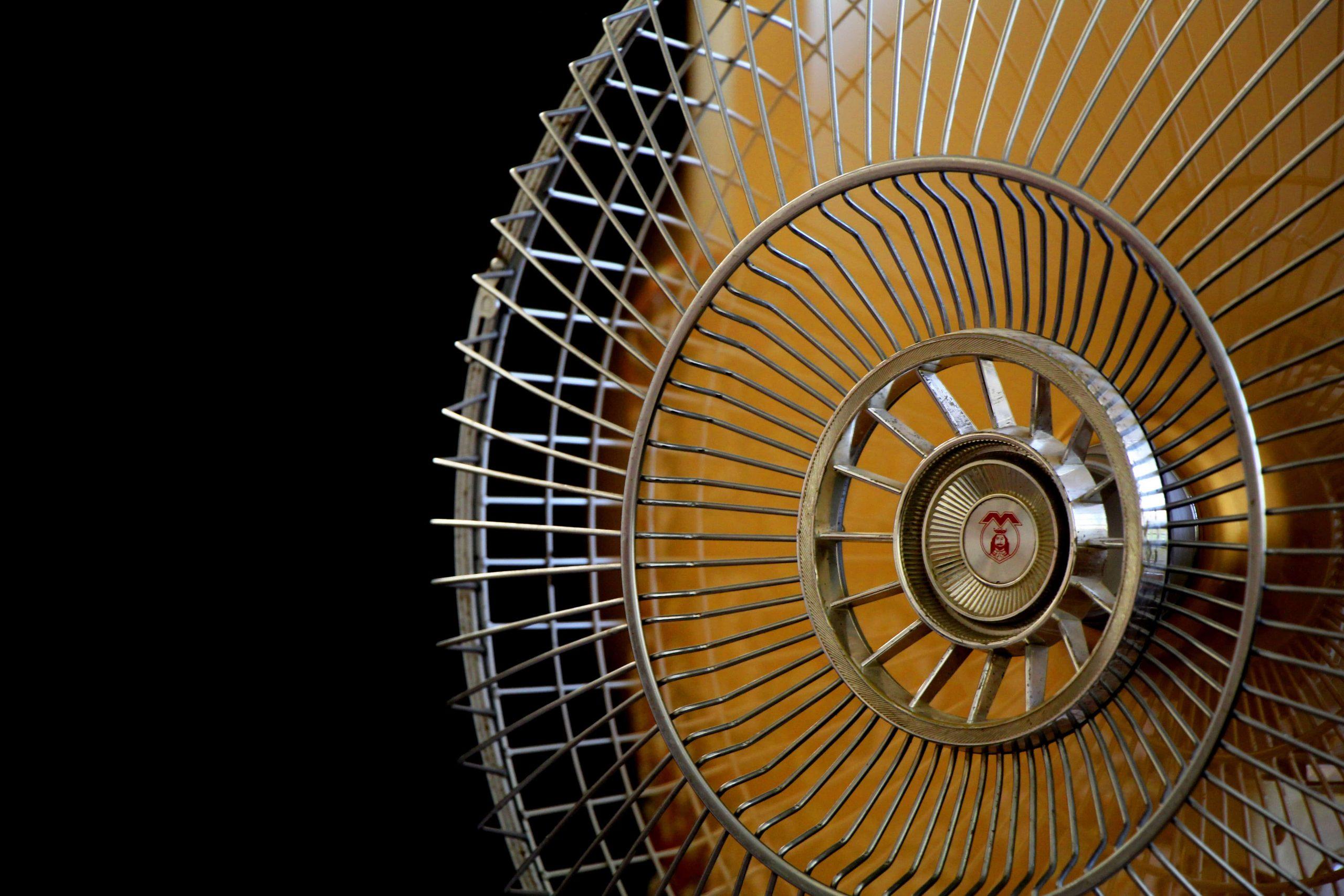 A imagem mostra um ventilador bem de perto.