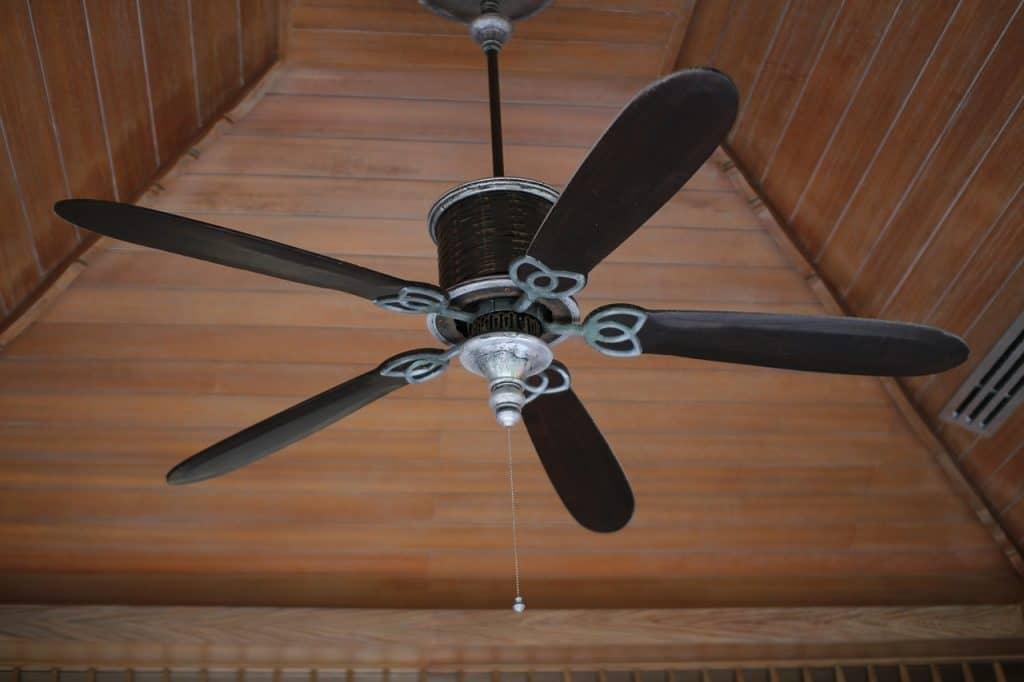 Imagem mostra um ventilador de teto desligado.